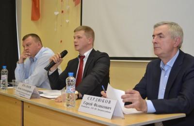 Исполняющий обязанности главы управы Антон Иванов (в центре)