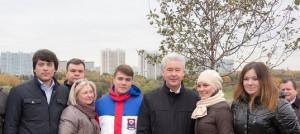 Члены молодёжной палаты района Нагорный Максим Казанский и Давид Лесс приняли участие в акции по озеленению Южного округа