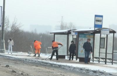Дворники регулярно обрабатывают реагентами территорию возле остановок общественного транспорта Дворники регулярно обрабатывают реагентами территорию возле остановок общественного транспорта