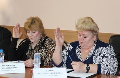 Депутат муниципального округа Нагорный Валентина Зернова (справа)