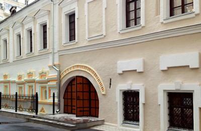 На фото жилой дом середины XVII века по адресу: Лаврушинский переулок, д. 17, стр. 1