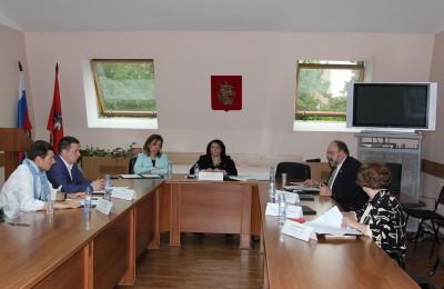 Заслушав информацию, депутаты приняли решение согласовать установку ограждающего устройства