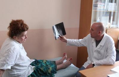 Осмотр пациентки, страдающей артрозом