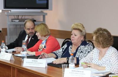 Депутат муниципального округа Нагорный Валентина Зернова (вторая справа)