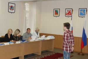 Члены комиссии знакомятся с личным делом потенциального новобранца