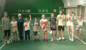 Юные жители района  в теннисном лагере