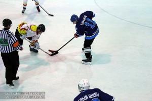 Жители района играют в хоккей