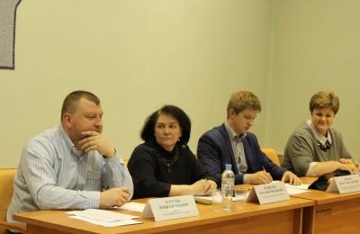 Наталья Медведева (вторая слева) на встрече главы управ с жителями