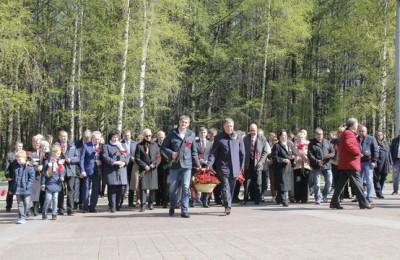Депутаты приняли участие в митинге и церемонии возложения цветов